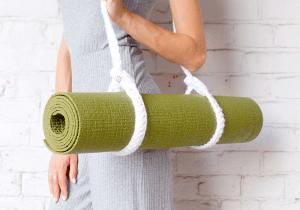 Белая стяжка-ремень вязанная для йога-коврика