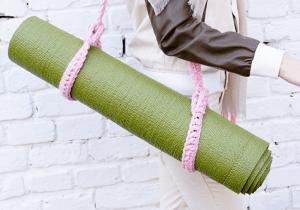 Ремень для йога-мата розовый вязанный