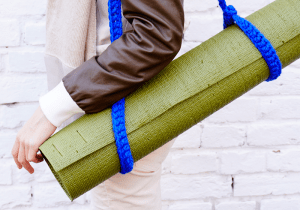 Синий ремень для йога-мата вязаный
