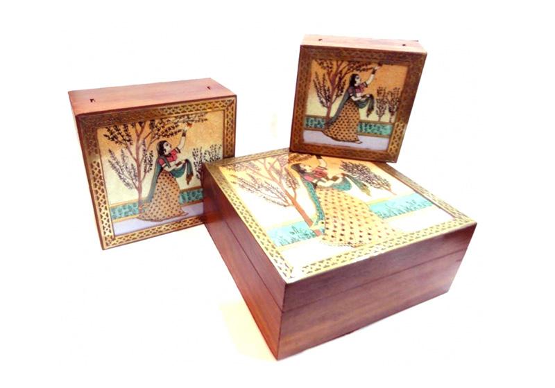 Фото Деревянная шкатулка с картинками из полудрагоценных камней