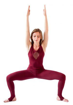 бордовый комбинезон для йоги Ранди Рао