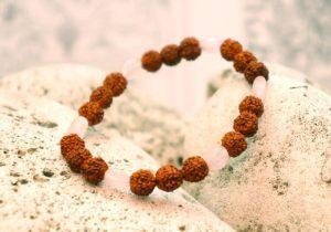 Браслет Rozovyiy kvarts из сушеных плодов дерева рудракши