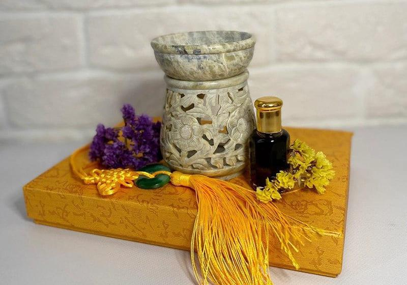 Фото Аромалампа каменная круглая в цветы 10*7,5*7,5 см Индия (арт.523)